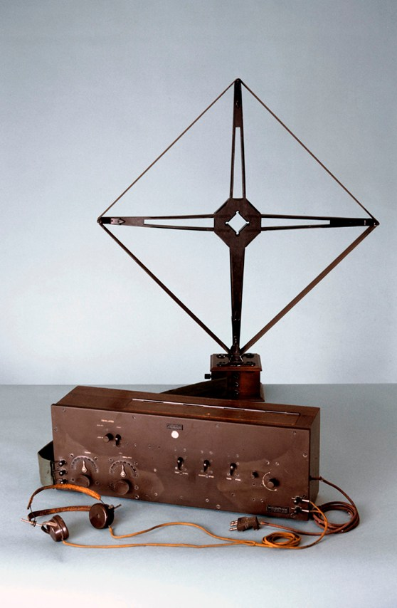 Colour photograph of a heterodyne radio receiver from 1924